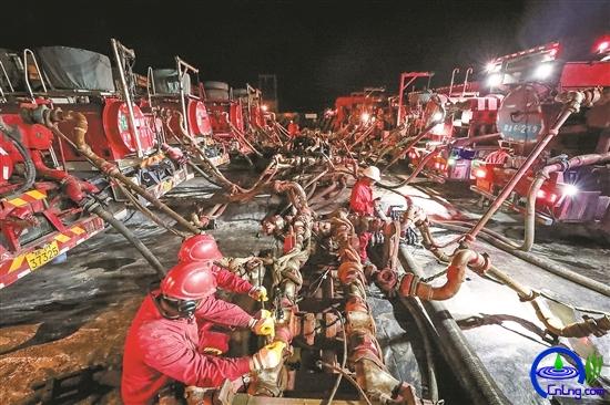 迎着夜色,压裂队的员工们开始做开泵前最后一次高压管线的试压检查。
