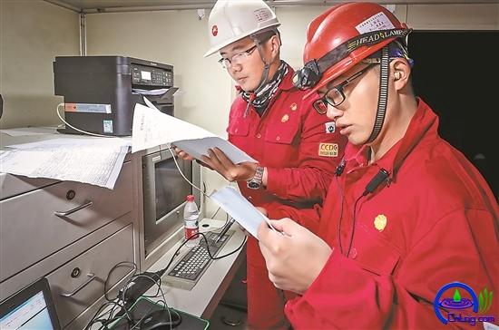 指挥人员正在熟读工作流程及工作要求,不能出一点差错。
