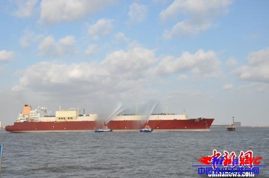 图为消防船向LNG船身喷淋。 姜立伟 摄