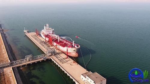 """1月2日,在唐山曹妃甸液化码头,中国石油海上应急救援响应中心""""中油应急102""""船正在为装油的""""长兴洲""""号油轮守护。"""