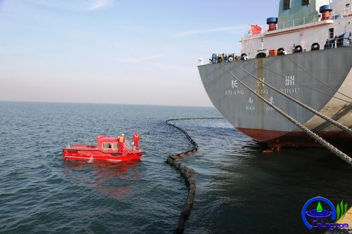 应急船拖带围油栏。