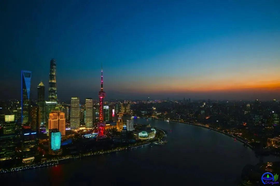 """上海石油天然气交易中心位于拥有""""东方蓝宝石""""美誉的中国金融信息中心  金伟良摄"""